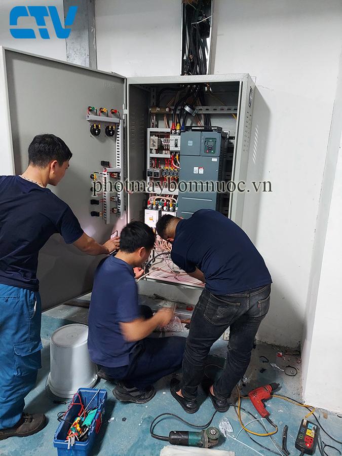 Tủ điện điều khiển và bảo vệ máy bơm bằng biến tần
